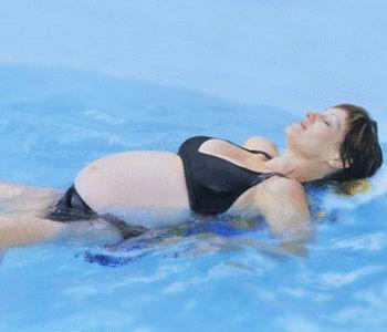 Gymnastique pour femmes enceintes dans la r gion de for Accouchement en piscine